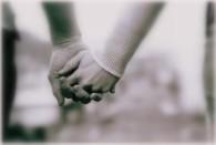 pareja-dandose-la-mano